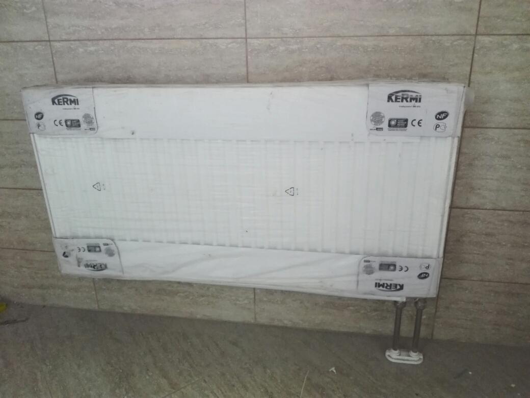 Стальной панельный радиатор с нижнем хромированным подключением